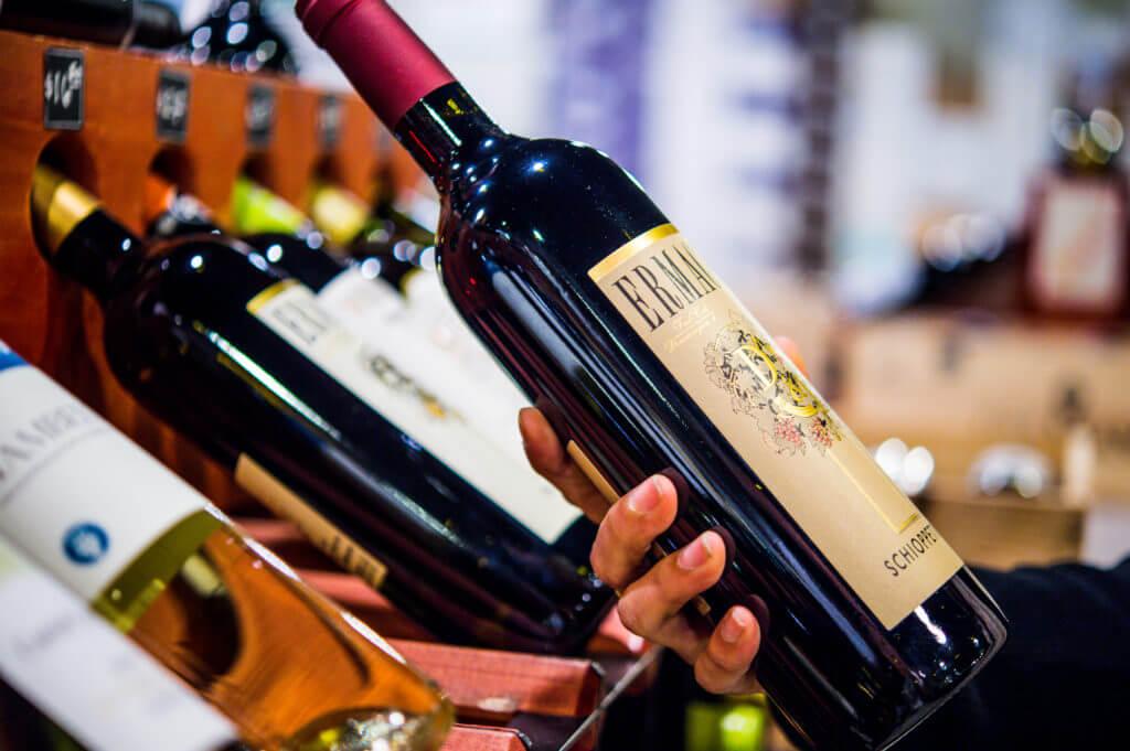 hand holding wine